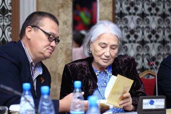 Сестра Чингиза Айтматова подарила книгу своих воспоминаний Вениамину Попову