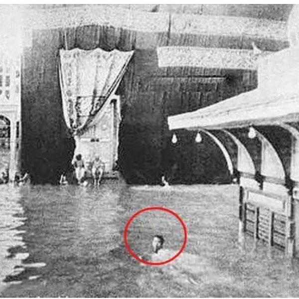 Это тот самый человек, который плавал вокруг Каабы на знаменитом фото 78 лет назад